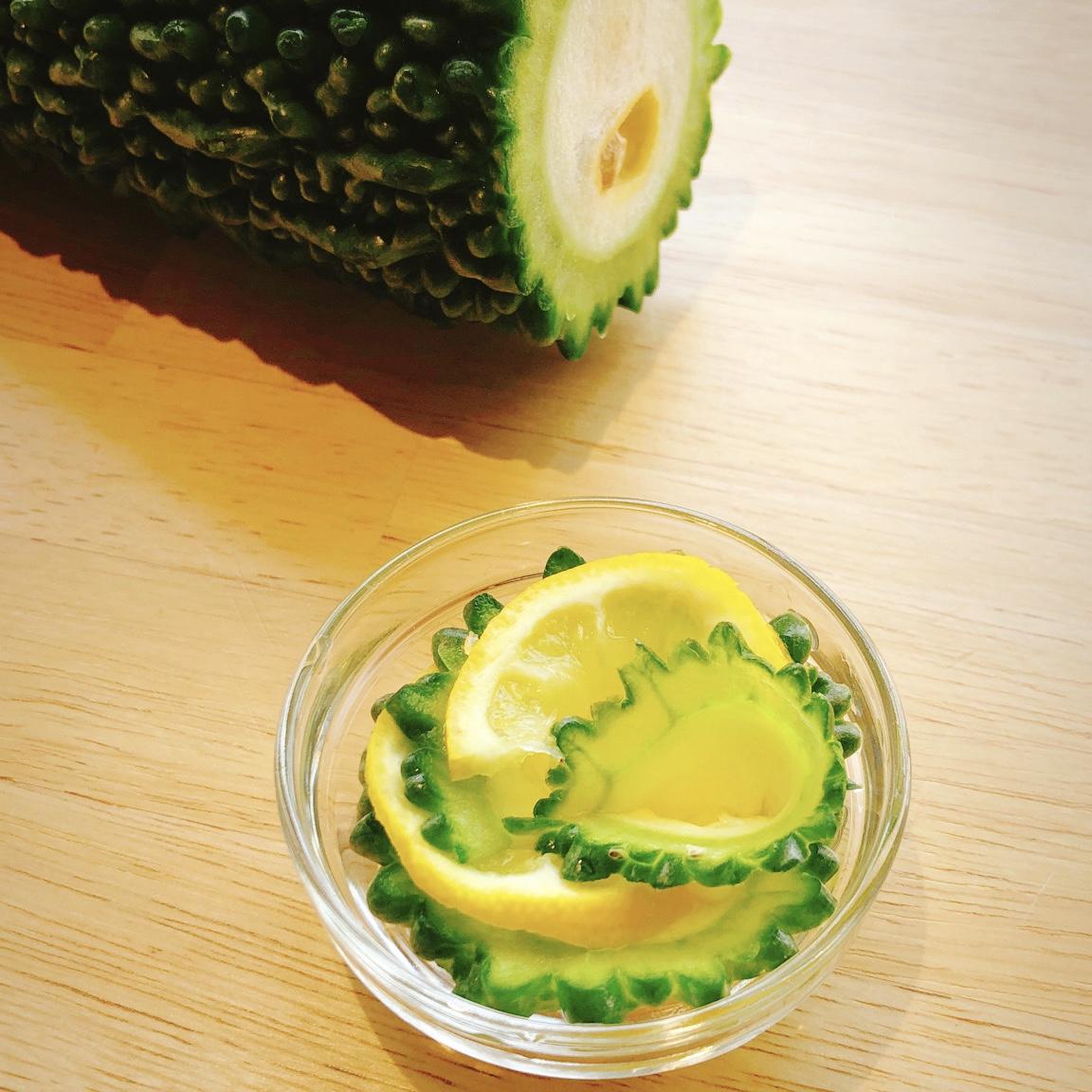 シンプルな味わいが楽しめるゴーヤとレモンのサラダ